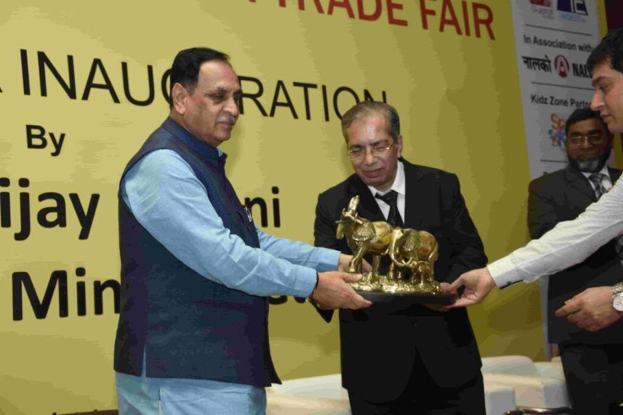 CM-being-honoured-by-Shri-Prakash-Shah