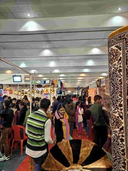 Visitors-enjoying-shopping-at-IIMTF-Patna